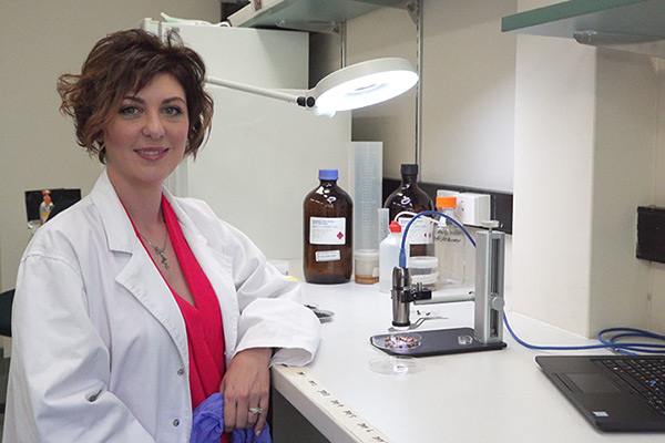 Dr Paola posing in her lab