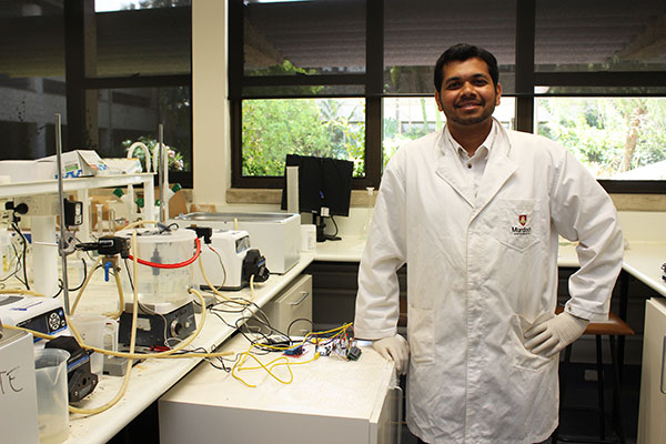 Vishnu Ravisankar posing in engineering lab